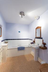 MarshwoodFarm-blue-room-02